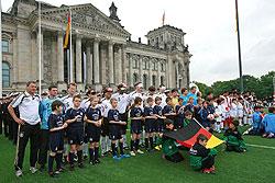 Historische Kulisse für den Blindenfußball: Die Aktiven vor dem Reichstagsgebäude in Berlin