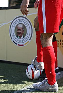 Der Blindenfußball rasselte erstmals in Marburg.
