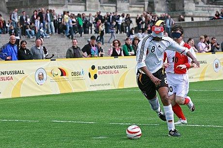 Aktion und spannende Spiele sind beim Blindenfussball garantiert