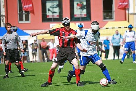 Auch in den nächsten drei Jahren rasselt in Deutschland der Blindenfussball
