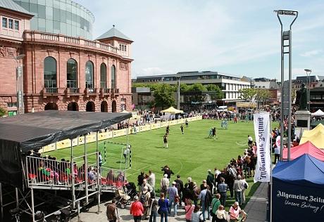 Blindenfußball mitten in Mainz auf dem Gutenbergplatz