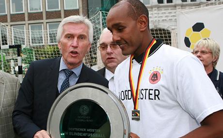 DFB-Vizepräsident Eugen Gehlenborg überreichte die Meisterplakette.