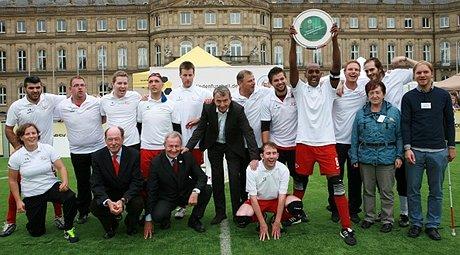 In mitten des neuen Deutschen Meisters - DFB-Präsident Wolfgang Niersbach