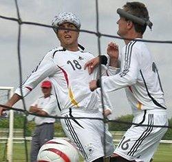 Michael Löffler vom FC St. Pauli freut sich mit seinem Teamkollegen Schwarz auf die EM.