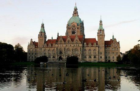 Imposante Kulisse für den letzten Saison-Spieltag - das Neue Rathaus in Hannover
