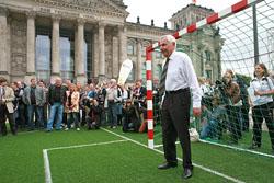 Selbsterfahrung in Berlin - Karl Rothmund als Torwart beim Tag des Blindenfußballs