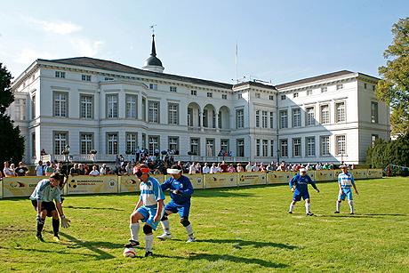 Historische Kulisse - Blindenfußballer vor dem Palais Schaumburg
