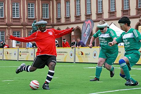 Ab Samstag sind die Blindenfußballer wieder am Ball