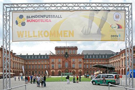 Mit dem Fußball vor das Schloss - die DBFL zu Gast in Mannheim