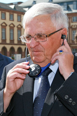 Verfolgte die Spielbeschreibung per Kopfhörer - DFB-Präsident Dr. Theo Zwanziger